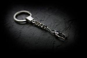 Moderner Schlüsselring im Chrom-Look